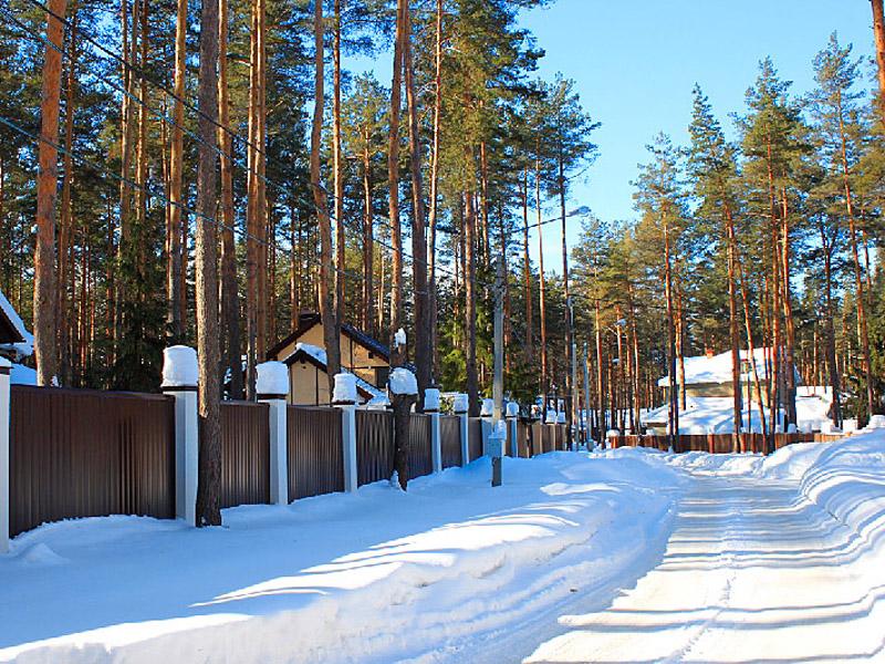 Территория комплекса зимой